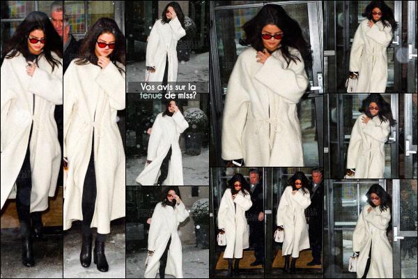 . CANDIDS- Selenaa été vue une fois de plus quittant son hôtel à SoHo dansNYC-09 FEV 2017 La miss sortait de son hôtel sous la neige avec un gros manteau blanc. Vos avis sur la tenue? Un petit top même si on voit pas trop.. .