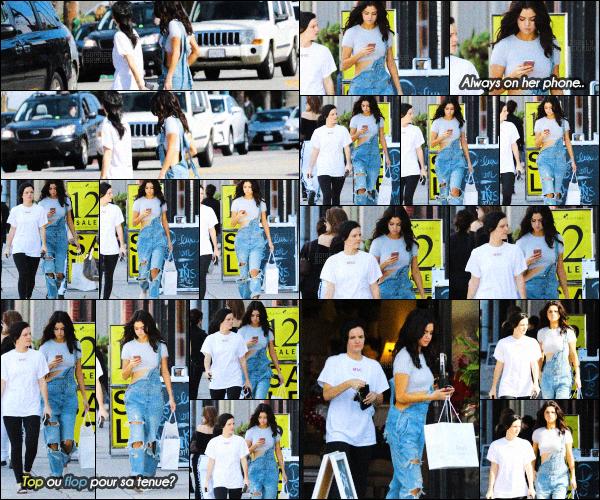 . CANDIDS- Selena Gomez a été aperçue quittant Sara's Lingerie à Los Angeles-11 FEV 2017 Miss G était avec sa grande amie : Ashley Cook! Côté tenue, un gros top, j'aime beaucoup sa salopette et son jean style boyfriend ! .