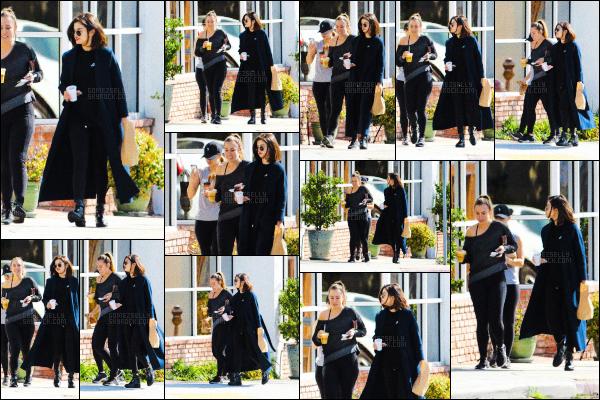 ..  07/03/2017• Selena Gomeza été aperçue allant déjeuner avec ses amies, dans la ville de Los Angeles. Côté tenue joli top, la miss est sublime. Selena Gomez est donc de retour à Los Angeles après avoir rendu visite à sa famille au Texas. .