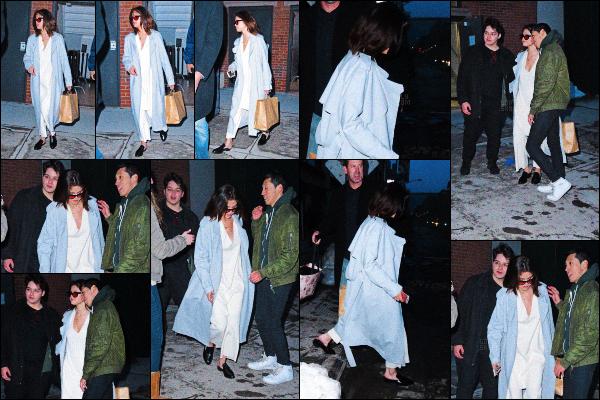 ..  17/03/2017• Selena Gomeza été vue quittant un immeuble dans le coeur de la ville de New York City! Ayant quitter son boyfriend à cause de sa tournée, Selly s'est rendue dans NYC et a pris le temps de faire des photos avec les fans. .
