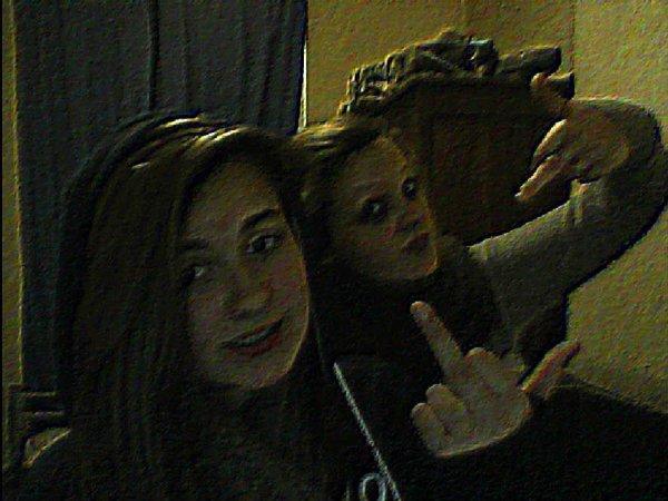 Moi (Devant) et ma soeur (derière) ♥♥.