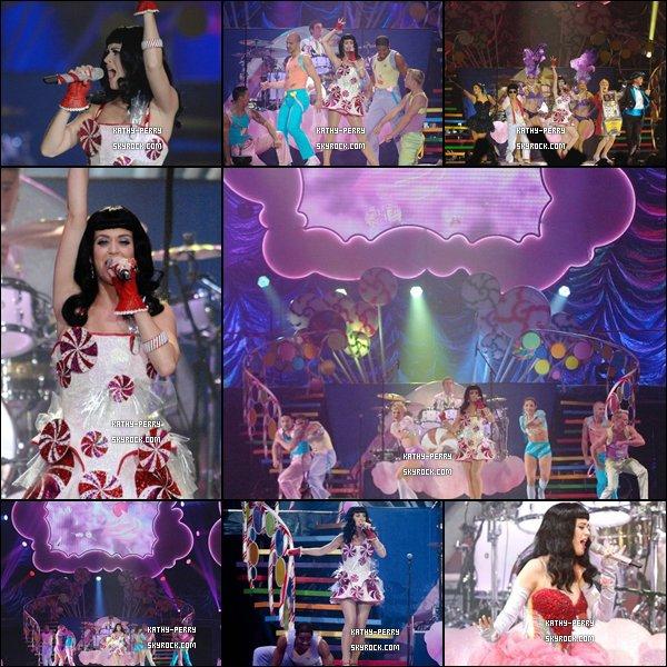 """. Katy Perry avait performer au """"California Dreams"""" tournée à Regina, Canada le 13 Juillet 2011. *"""