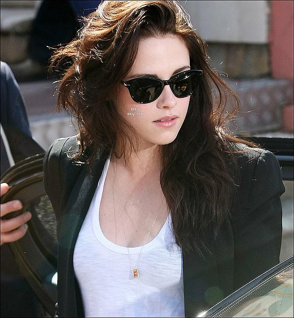 . 23/05/12 : Kristen S. et le Cast d' On The Road au Photocall de Cannes ce matin.   La plus belle femme au monde ce trouve a Cannes Super. Je la trouve vraiment radieuse sourire aux lèvres une beautée a la Française, le soleil du midi (chez moi haha) lui va au teint. Vidéo 1 - Vidéo 2,  Conférence de Presse. .