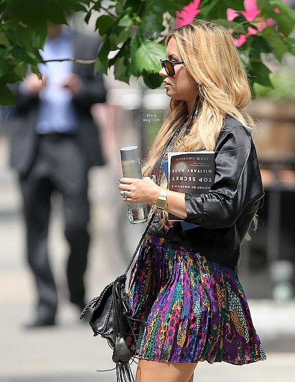 . 23/05/12 : Demi L. de nouveau blonde aperçut quittant son hôtel de New York.  Tout simplement superbe, nouvelle couleur de cheveux avec rajouts qui lui vont a ravir, j'opte pour un TOP. .