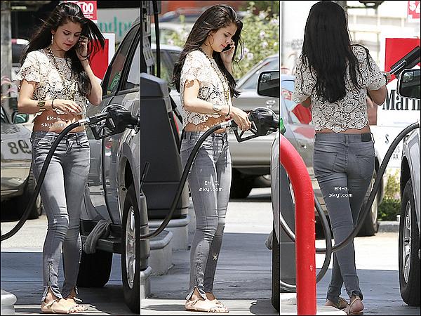 . 26/05/12 : Sel' G. faisant son plein d'essence avant d'aller manger à Los Angeles.   .