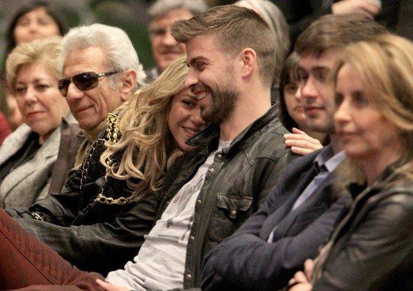 Gerard Piqué et ѕнαкιяα assistent à la présentation du livre du père de Piqué ~ 14-03-13