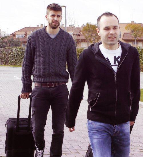 Gerard Piqué arrive avec Iniesta à Las Rozas ~ 19-03-13