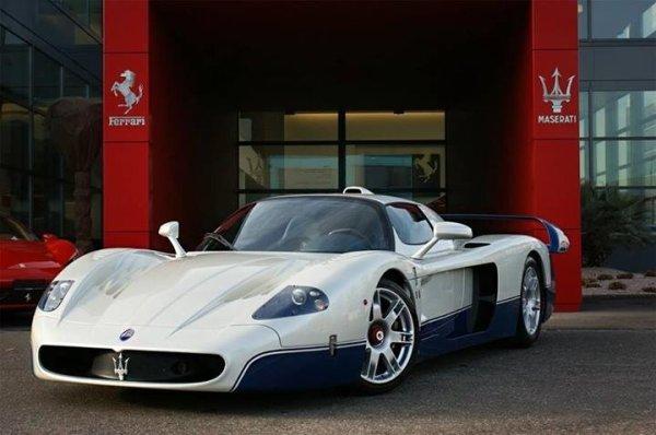Souvenez-vous... C'était en 2005. 50 exemplaire en vu de l'omologation de la participation de Maserati et sa MC12 en FIA GT. Seulement 3 participations car entre temps les réglementations ont changées. Base châssis et moteur Ferrari Enzo de 2002. Le moteur de la Enzo, un V12 de 660ch est ramené a 630ch pour coller avec le règlement de la FIA. Soit quand même 28ch de mieux qu'une Porsche Carrera GT de l'époque. C'était il y a presque 10 ans et pas une ride !