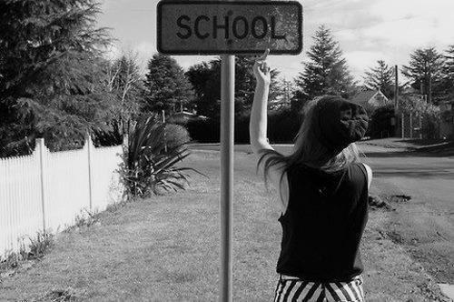 """Le panneau """"Ralentissez Ecole"""" ne sert à rien.. Comme si j'allais courir pour aller en cours.."""