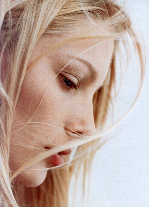 Regarde dans ce miroir, je vois une jeune femme ravissante, pleine d'assurance et d'énergie.