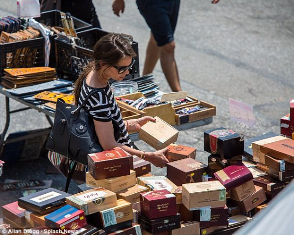Katie holmes au marché aux puces