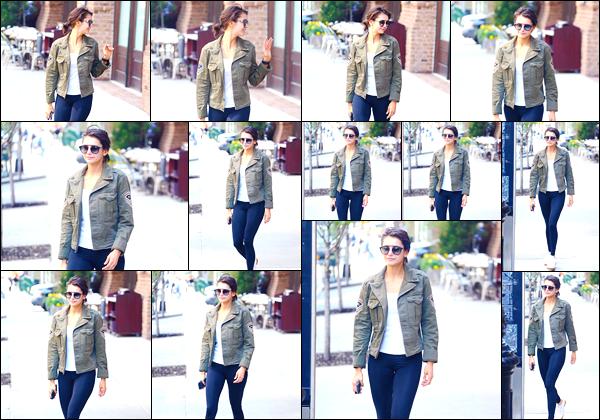 - '-10/05/18-'◘Nina Dobreva a été photographiée tandis qu'elle se promenait dans les rues de New-York City. C'est dans une tenue classique, mais plutôt sympathique que nous retrouvons Nina, cheveux attachés, dans les rues de New-York. Top ! -