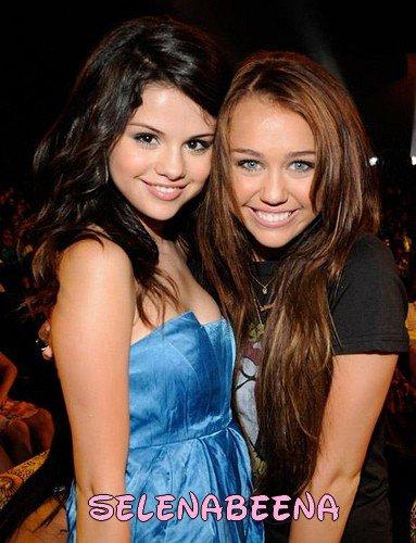"""Selena Gomez se fait souvent comparer à Miley Cyrus, l'autre starlette révélée par Disney. Si elle se dit flattée par la comparaison, Selena tient à mettre les choses au clair : elle ne fait rien pour lui ressembler !      Beaucoup trouvent que Selena Gomez fait tout pour ressembler à Miley Cyrus, surtout depuis qu'elle a décidé de quitter la série qui l'a révélée, Les Sorciers de Waverly Place (comme Miley Cyrus avec Hannah Montana). Mais Selena veut que les gens comprennent bien que même si elle aime beaucoup Miley, elle n'essaie pas de lui ressembler. Voilà ce qu'elle a déclaré au magazine Now : """"J'ai été invitée dans son show il y a trois ans, c'est peut être de là que la rumeur est partie (ndlr: comme quoi elle fait tout pour lui ressembler !). Je suis flattée qu'on dise que je suis la nouvelle Miley mais je n'essaie définitivement pas de lui ressembler. J'essaie juste d'être moi-même !""""     L'année dernière, Selena avait déjà dû démentir les rumeurs de rivalité entre Miley et elle. Aujourd'hui, Selena est au top et n'a rien à envier à la carrière de Miley. D'ailleurs, si cette dernière a décidé de changer radicalement de look avec la sortie de son album Can't be Tamed, ce n'est pas le cas de Selena qui malgré ses 18 ans tout juste, ne renie rien de son image de fille sage. Selena sera d'ailleurs à l'affiche de Ramona & Beezus à la rentrée, et c'est elle qui a décroché le rôle de Ramona… à la place de Miley. (source,fan2)"""