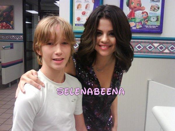 Selena posant avec un fan après son concert au fast food tacko :)