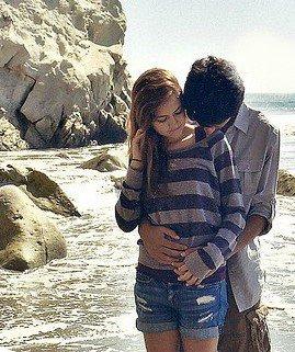 Il la regarde, sourit et repousse une mèche de cheveux de son visage. Il ne le sait pas encore, mais il est en train de tomber amoureux.