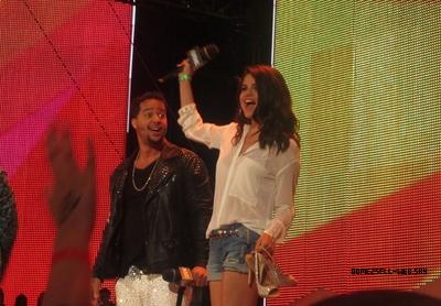 17/06/12 Selena était au Mutch Music Video Awards.