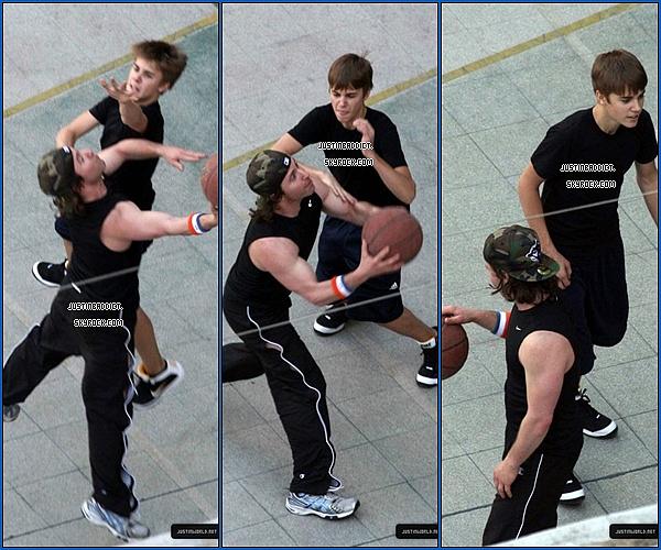 Le 14.10.11 * Justin a été apperçu jouant au basket avec ces amis avant de partir sur Argentine *