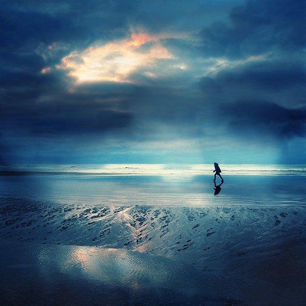 Hippolyte rêvait aux caresses puissantes Qui levaient le rideau de sa jeune candeur. Elle cherchait, d'un oeil troublé par la tempête, De sa naïveté le ciel déjà lointain, Ainsi qu'un voyageur qui retourne la tête Vers les horizons bleus dépassés le matin.