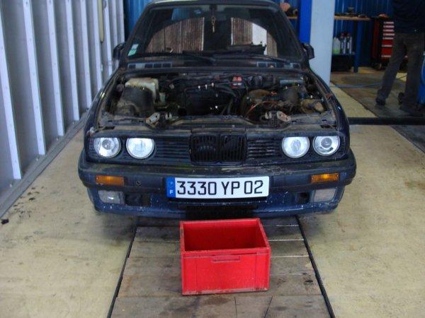 une bmw entrain de refaire le moteur