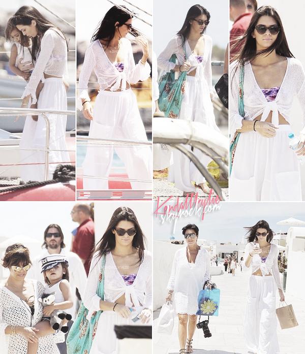 28 AVRIL 2013 :Kendall Jenner a été vue en compagnie de membres de sa famille, profitant de leurs vacances en Grèce.