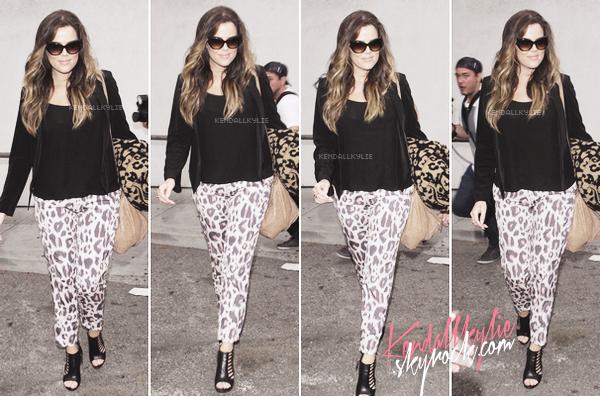 05 MAI 2013 :Khloe Kardashian, accompagnée de Kourtney Kardashian et Mason (qui ont tous deux prit la porte secrète) arrivant à l'aéroport LAX de Los Angeles.