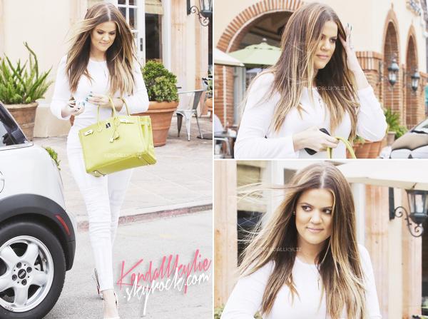 03 JUILLET 2013 :Khloe Kardashian s'est offert une petite boisson à Starbucks !