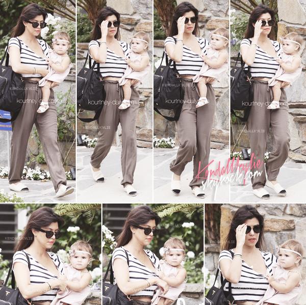 10 JUILLET 2013 :Kourtney Kardashian et sa fille Penelope ont été vues à Calabasas.