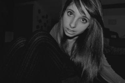 Toi tu dis que t'es bien sans moi. Et qu'au fond de mes bras il y fait trop froid, toi tu dis que t'es bien, que t'es bien, que t'es bien sans moi. Et moi y'a quelque chose qui fait que j'entends pas..