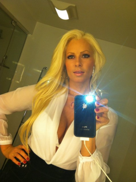 Maryse, une bombe blonde