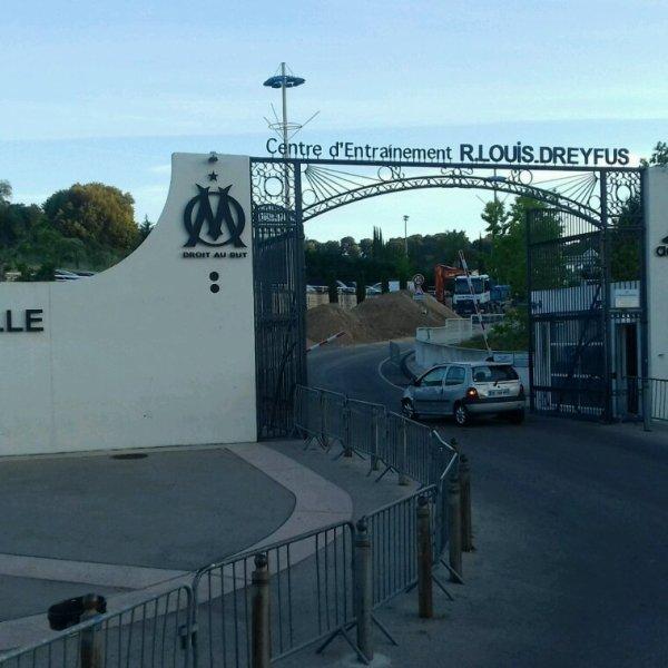 Doudoumonstre charge  au camp d'entraînement  de OM  à Marseille