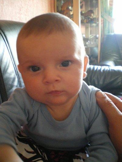 Je vous présente ma fille qui se prénomme Emma elle est née le 13 avril 2010 elle va avoir 6 mois déla mercredi ça passe d'une vitesse incroyable