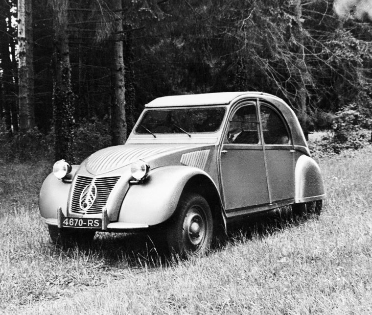 7 octobre 1948    au salon de l u0026 39 automobile  citro u00ebn pr u00e9sente la 2 cv type a presque d u00e9finitive