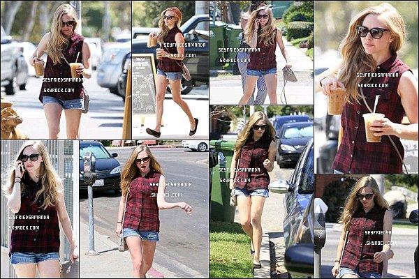 29 aout 2013 : Amanda sortant d'un café avec deux boissons à la main Los Angeles