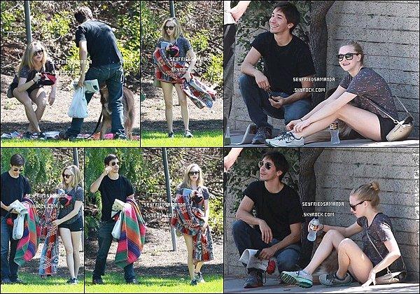 31 aout 2013 : Amanda, Finn & son ami Justin Long ont passés du temps ensembles dans  Los AngelesAmanda, Finn et l'acteur de la série New Girl sont d'abord allés faire quelques courses, puis sont allés dans un parc.
