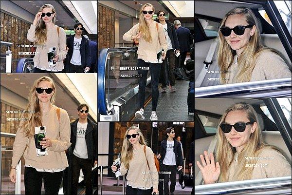 1er juin 2014 : Amanda & son petit ami Justin Long arrivant à l'aéroport de Tokyo pour se rendre à la conférence de presse pour Clé de Peau Beauté, dont Mlle Seyfried est l'égérie. Amanda est très mignonne comme d'habitude :)