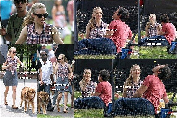 1er août 2014 : Amanda & Mark Wahlberg tournant une scène pour leur prochain film, Ted 2