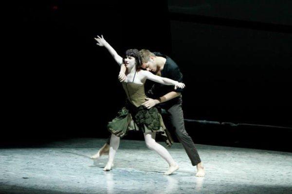 La danse primitive, couplée aux chants et à la musique, avait aussi probablement la capacité de faire entrer les participants dans un état de transe.