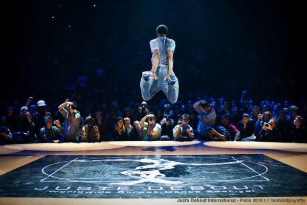 La technique du danseur repose sur la combinaison de trois éléments : l'occupation de l'espace, le rythme et le temps, et le mouvement du corps. Le mouvement du corps comporte notamment les éléments d'énergie, d'équilibre afin de parvenir à donner une forme au corps.