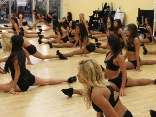 Dans beaucoup de traditions (y compris la danse classique occidentale), la technique de la danse consiste dans l'apprentissage et la répétition de mouvements répertoriés afin d'en acquérir maîtrise et perfection.