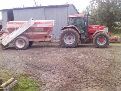 ancien tracteur ak le semoir a chau