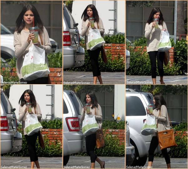 . Le 24 septembre, Selena et ses parents sont aussi aller au Zoo de Los Angeles, Selena c'est même acheter un singe en peluche violet a mettre autour de son cou, elle a même poster une photo avec son petit singe sur son twitter (clique)  .