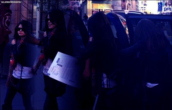 . Selena quittant son hôtel de Sacramento le 2 décembre.  .
