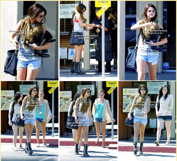 Selena et ses amies Ashley Cook & Samantha Droke allant se faire une manucure puis allant déjeuner dans une pizzeria à Los Angeles le 20 août.