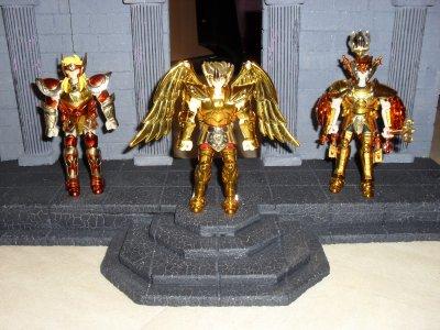 les 3 chevaliers de bronze avec armure d'or de leur maitre...