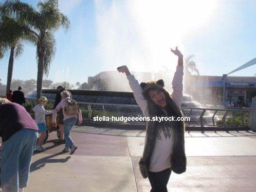 Voici une photo de Stella datant du jour où elle étais a DisneyLand avec sa soeur Vanessa