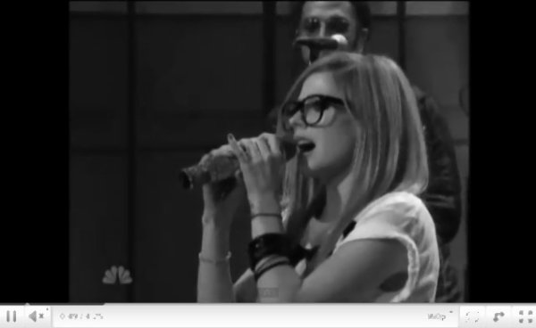 -  -  Comme prévu Avril a chanté What The Hell dans l'émission The Tonight Show.  -  -