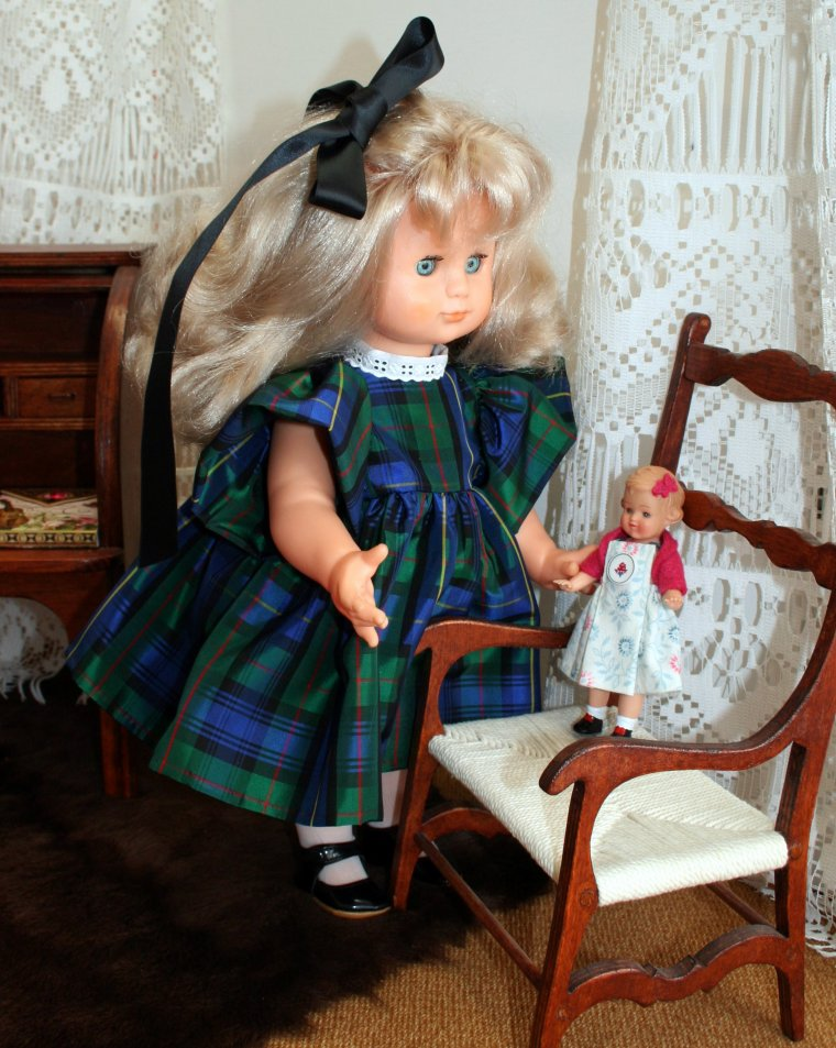Emilie en robe de taffetas écossais - mars 1990