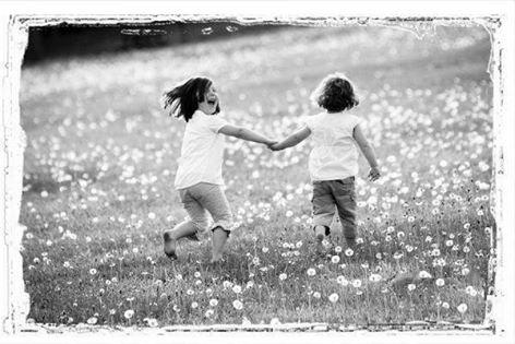 La vie, c'est la pluie ... c'est le beau temps ... c'est la rosée du matin, et la douceur d'un coucher de soleil ... C'est un sourire, une larme, des souvenirs, des espoirs, des jours noirs et des jours bleus ... La vie, c'est toi, c'est moi ... c'est nous, c'est tout ... C'est le souffle divin, c'est le plus beau, le plus précieux, c'est sacré, respecté ... La vie ... c'est un changement perpétuel et continuel ... c'est s'adapter, essayer, tomber, échouer, se relever et gagner... C'est un jeu qui suit les caprices des vagues et du vent ... La vie, n'essaie pas de la prévoir, de la deviner, de la comprendre, ou de la changer... La vie, vis la ... avec confiance, courage, optimisme, et amour ... Accroche un sourire à tes lèvres, regarde bien droit, devant toi, et suis ton étoile ... Des jours merveilleux t'attendent ...