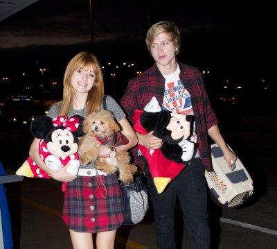 16/11/12: Bella était à l'aéroport de LAX pour s'envoler  pour Chicago.