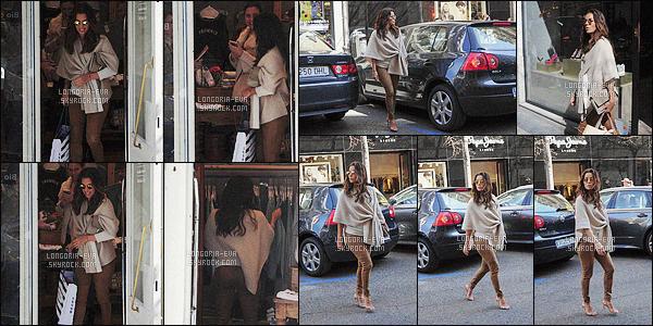 * 02/04/16 :- Eva  a été aperçu seule entrain de faire un peu de       shopping      dans les rues de -  Madrid - Espagne.   Eva a une tenue simple mais d'une très grande élégance et classe, elle a vraiment beaucoup de style et c'est super - un très jolie TOP    ! *